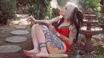 Jenna Poprocks に '彼女は6を吸う'