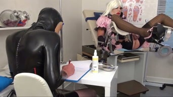 Krankenschwester Eins in 'Extremely Embarrassing Anal Examination of the Sissy'